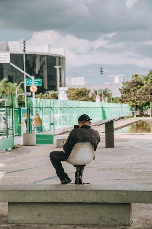 Foto stok gratis bangku, duduk, kursi, laki-laki