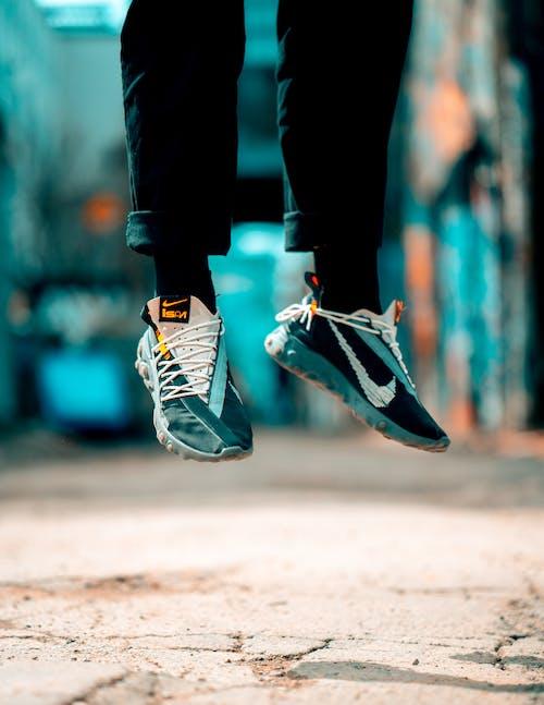 Gratis lagerfoto af fodtøj, fødder, sko, sneakers