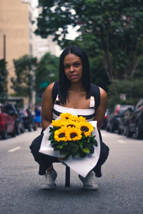 Foto profissional grátis de atraente, bonitinho, buquê de flores, desgaste