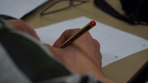 Základová fotografie zdarma na téma pracovní stůl, psaní, ruce, tužka