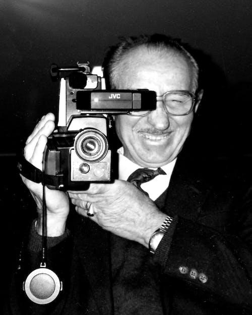 Základová fotografie zdarma na téma analogové hodiny, černobílá, fotoaparát, kravata