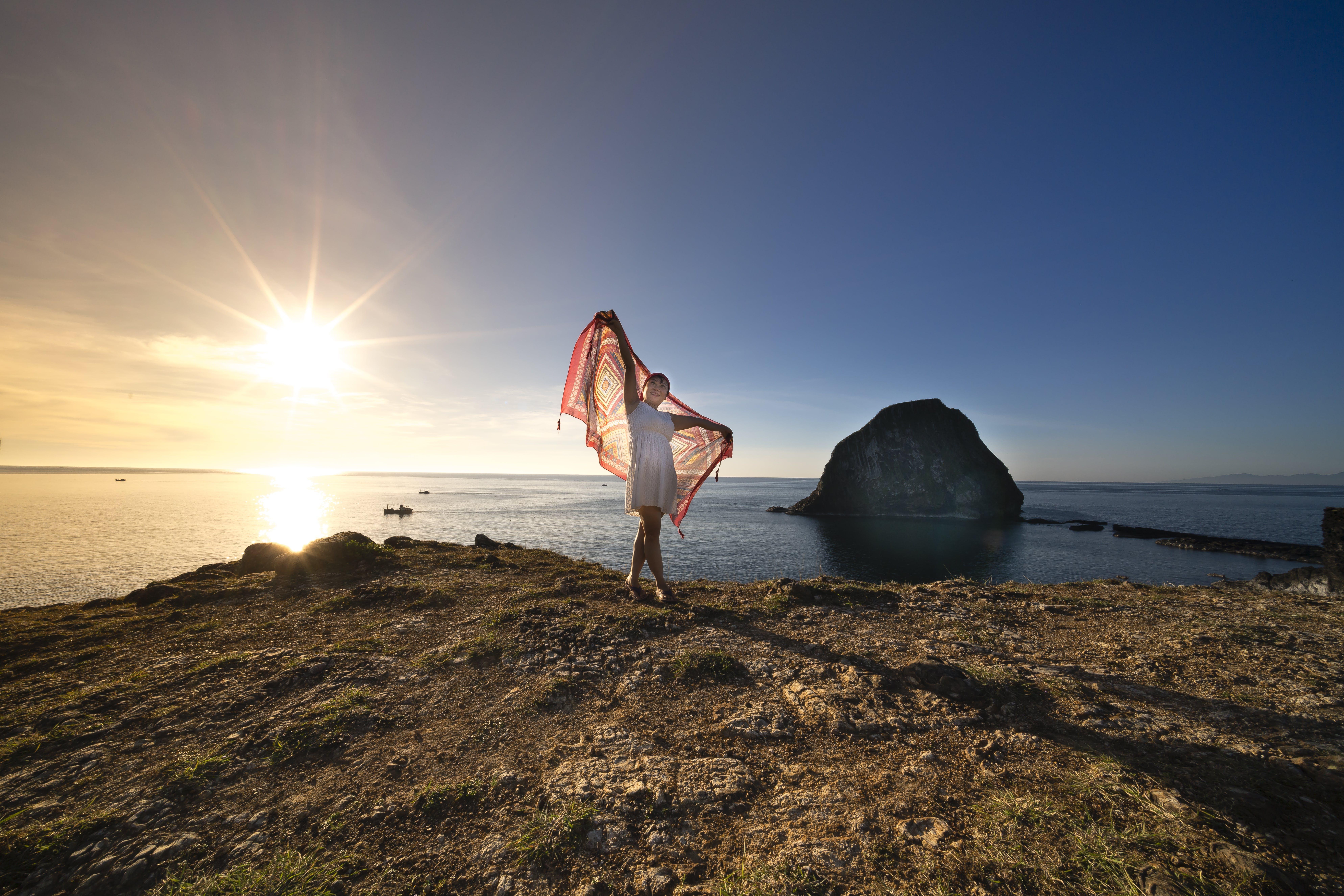 Gratis lagerfoto af hav, person, rock, sol