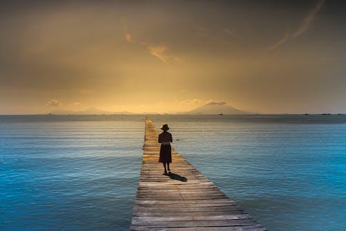 akşam karanlığı, deniz, deniz manzarası, gün batımı içeren Ücretsiz stok fotoğraf