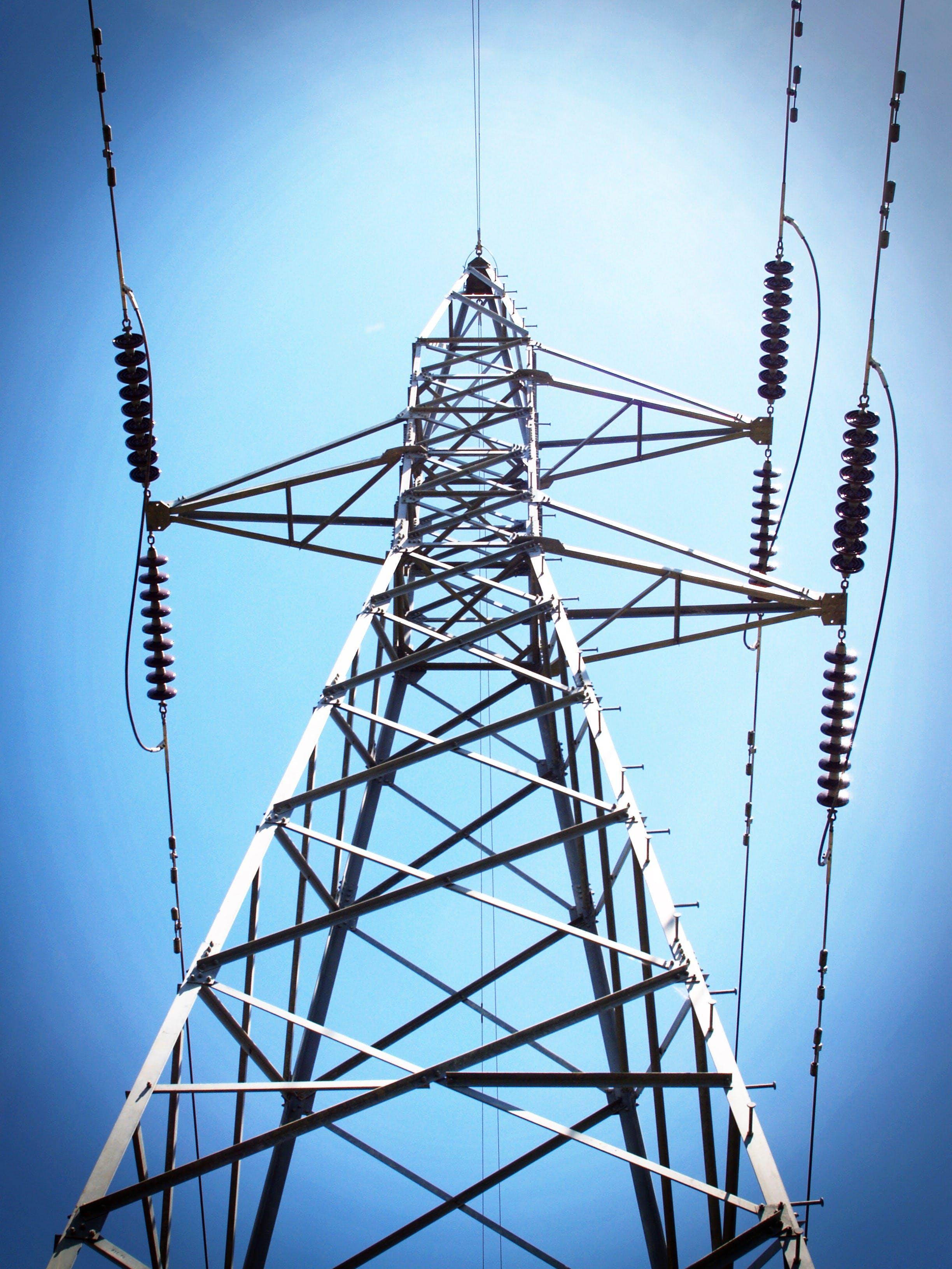 Kostenloses Stock Foto zu aufnahme von unten, blau, drähte, elektrizität