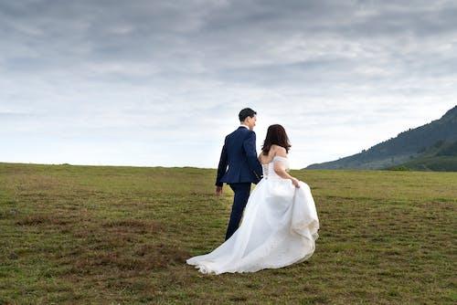 Photos gratuites de champ d'herbe, ciel, clairière, couple