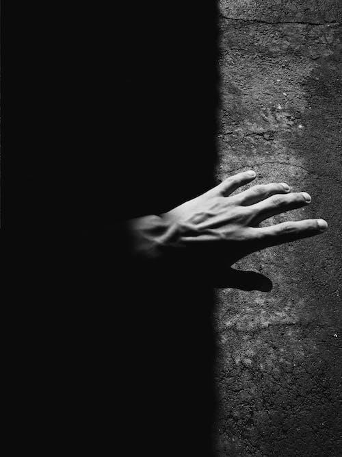 Kostenloses Stock Foto zu dunkel, hand, kontrast, schwarz und weiß