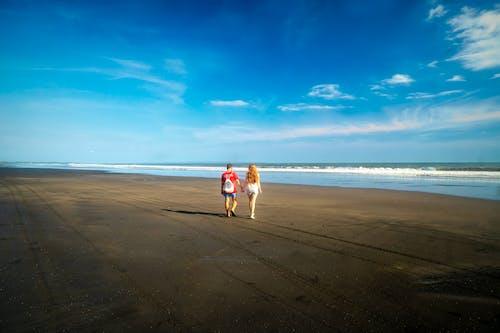 Foto profissional grátis de casal caminhando, céu, destino de viagem, forro de oceano