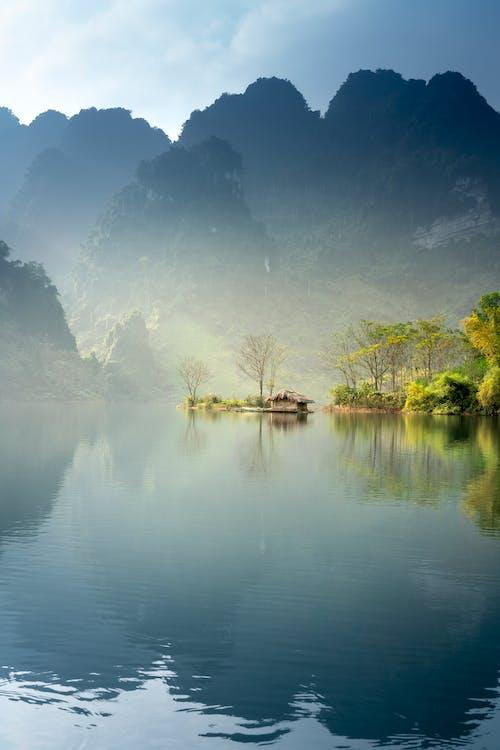 Gratis lagerfoto af bagbelyst, bjerg, flod, landskab