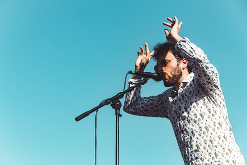 Foto stok gratis angkat tangan, artis, bayangan, bernyanyi
