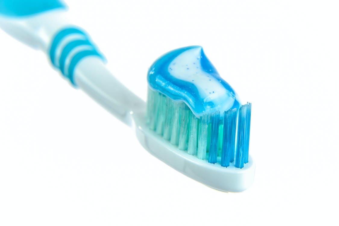 牙刷上的藍色和白色牙膏