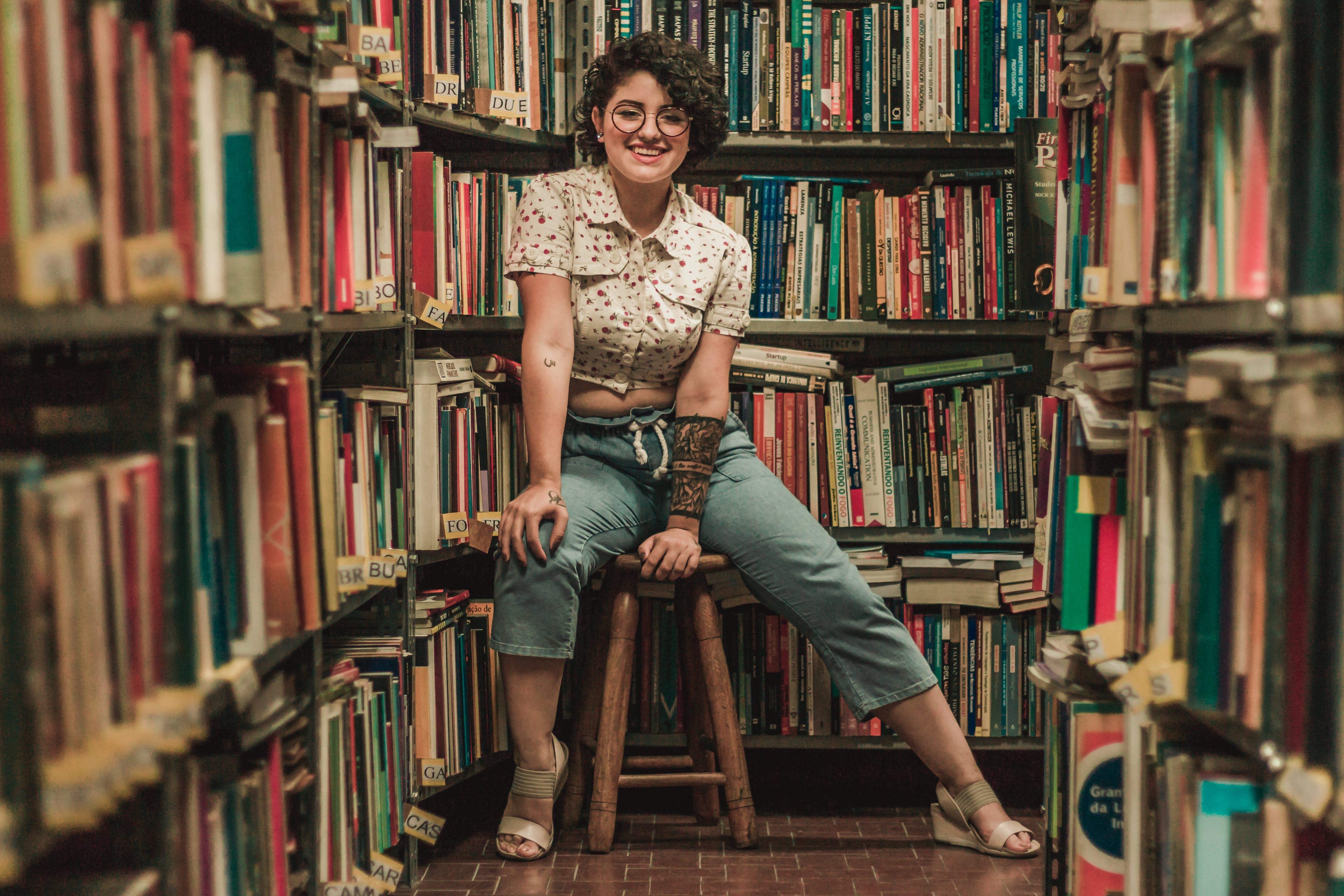 Δωρεάν στοκ φωτογραφιών με βιβλιοπωλείο, γυαλιά, γυναίκα, έκφραση προσώπου