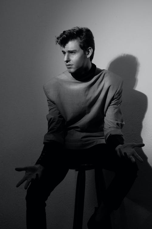 Darmowe zdjęcie z galerii z atrakcyjny, chłopak, cień, czarno-biały