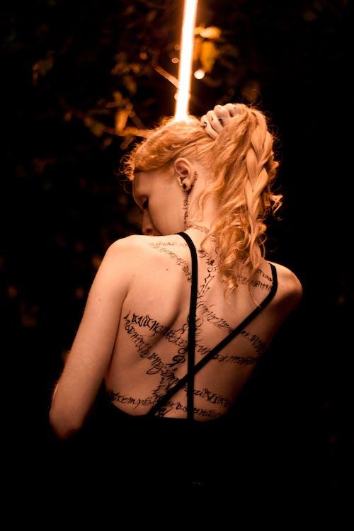 Бесплатное стоковое фото с блики света, блондинка, боди арт