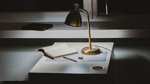 Darmowe zdjęcie z galerii z biurko, jasny, książka, lampa