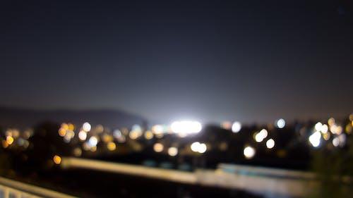 Darmowe zdjęcie z galerii z dach, noc, rozmyte światła, rozmyty