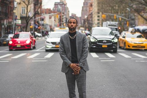 Gratis stockfoto met Afro-Amerikaanse man, asfalt, auto's, automotive