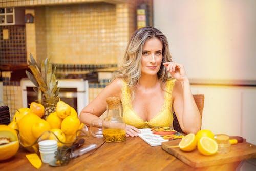 Gratis lagerfoto af bord, frugter, kvinde, sidde