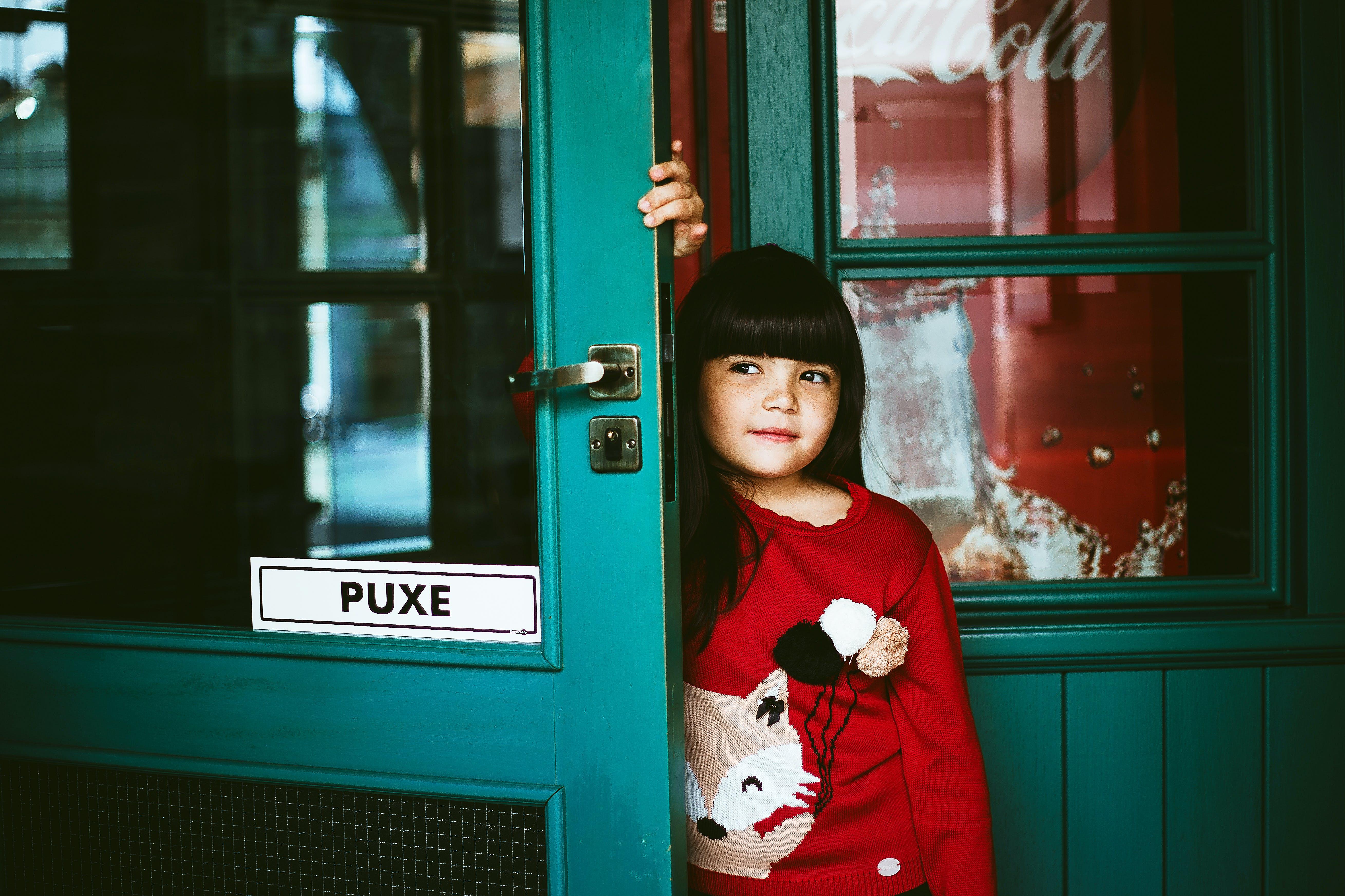 Бесплатное стоковое фото с дверной проем, дверь, девочка, женщина