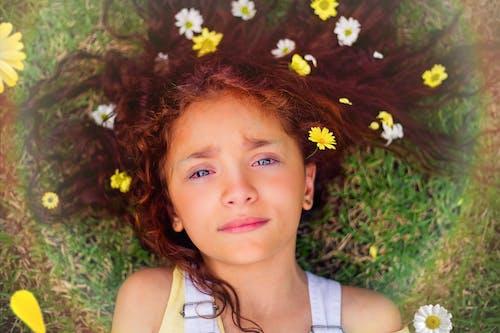 Gratis stockfoto met aanbiddelijk, aantrekkelijk mooi, bloemen, bruin haar