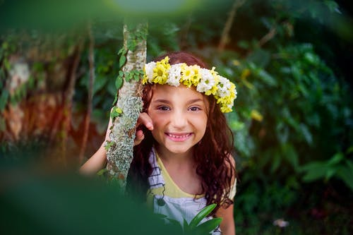 Gratis lagerfoto af barn, blomster, kvinde, nuttet