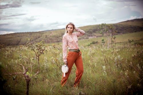 Gratis stockfoto met fashion, gras, iemand, mevrouw