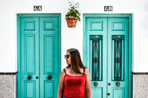 Základová fotografie zdarma na téma červené tričko, modrá, modré dveře, Španělsko