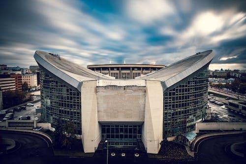 Gratis lagerfoto af arkitektur, bevægelse, biler, by