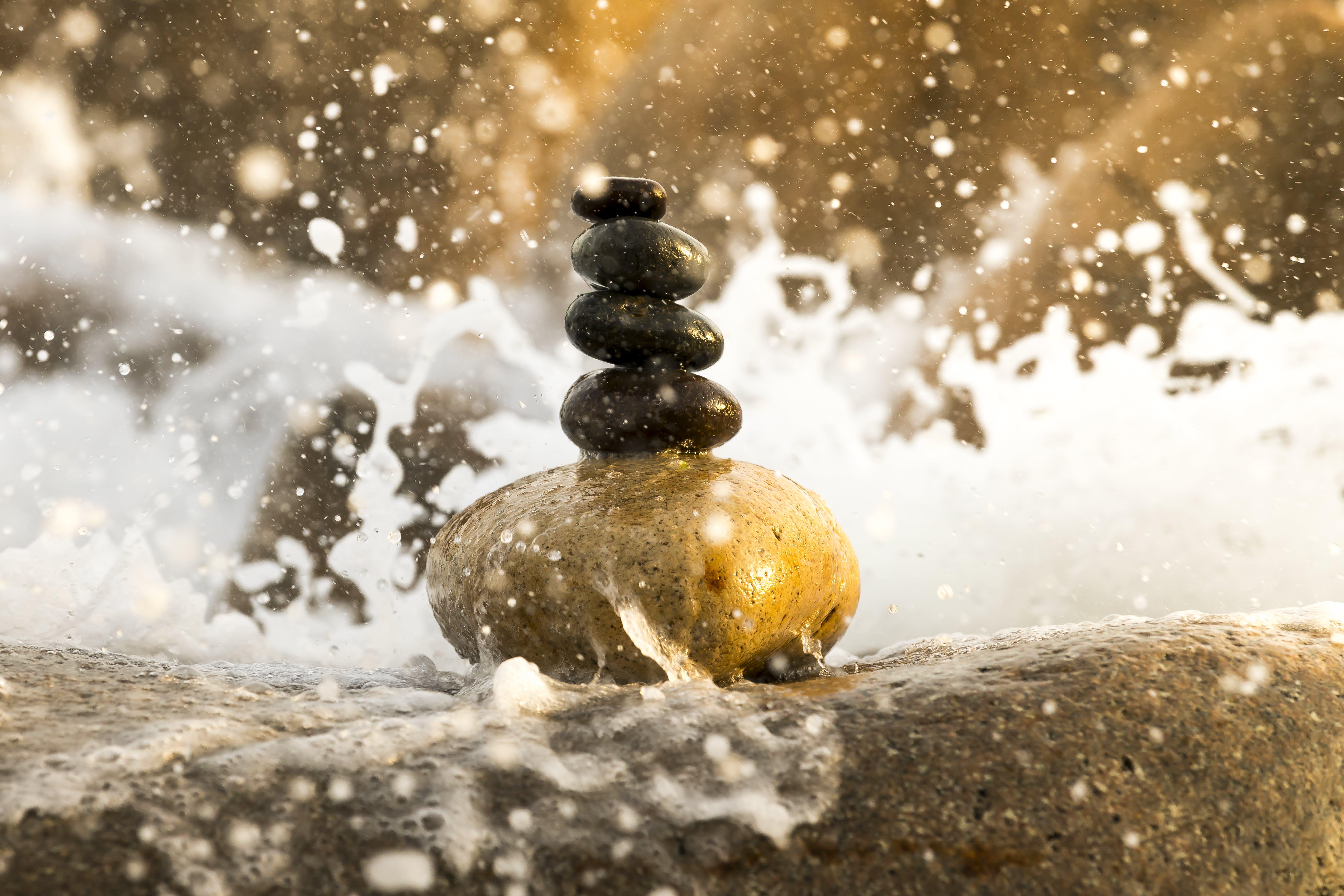 Darmowe zdjęcie z galerii z kamienie, mokry, równowaga, ułożony w stos