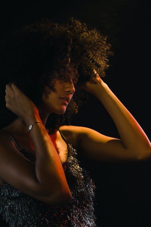 Безкоштовне стокове фото на тему «африканська жінка, афро волосся, афро-американська жінка, великий план»