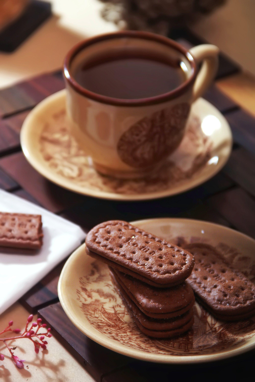 คลังภาพถ่ายฟรี ของ ขนมปังกรอบ, จานรอง, ชา, ช็อคโกแลตร้อน