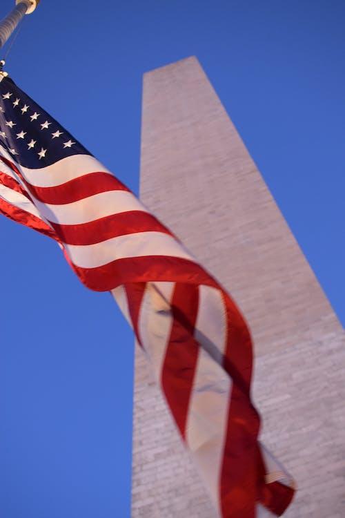 bandera en el viento, bandera estadounidense, cielo azul