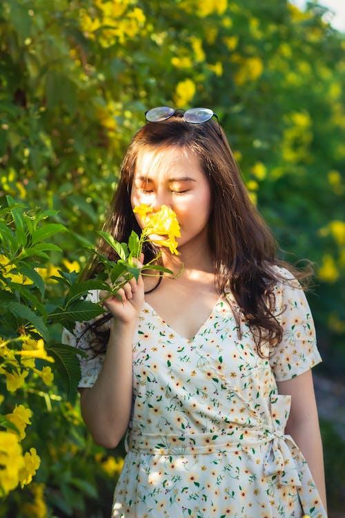 Çiçekler, elbise, güze, güzel içeren Ücretsiz stok fotoğraf