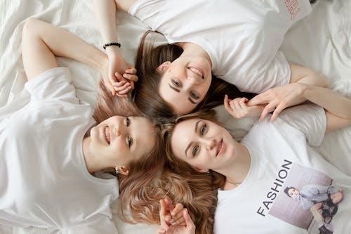 Trois Femmes Allongées Sur Le Lit