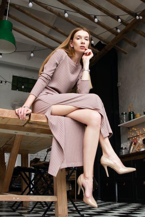 Femme Assise Sur La Table