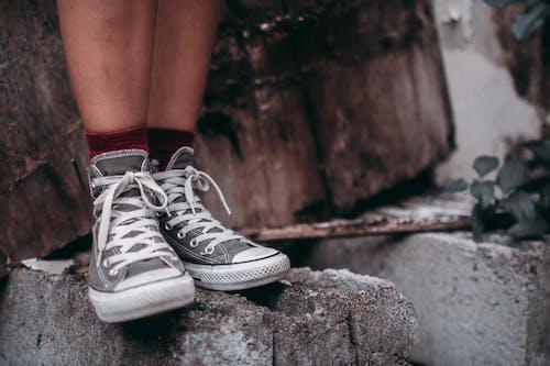 Безкоштовне стокове фото на тему «взуття, Кросівки, мода, ноги»