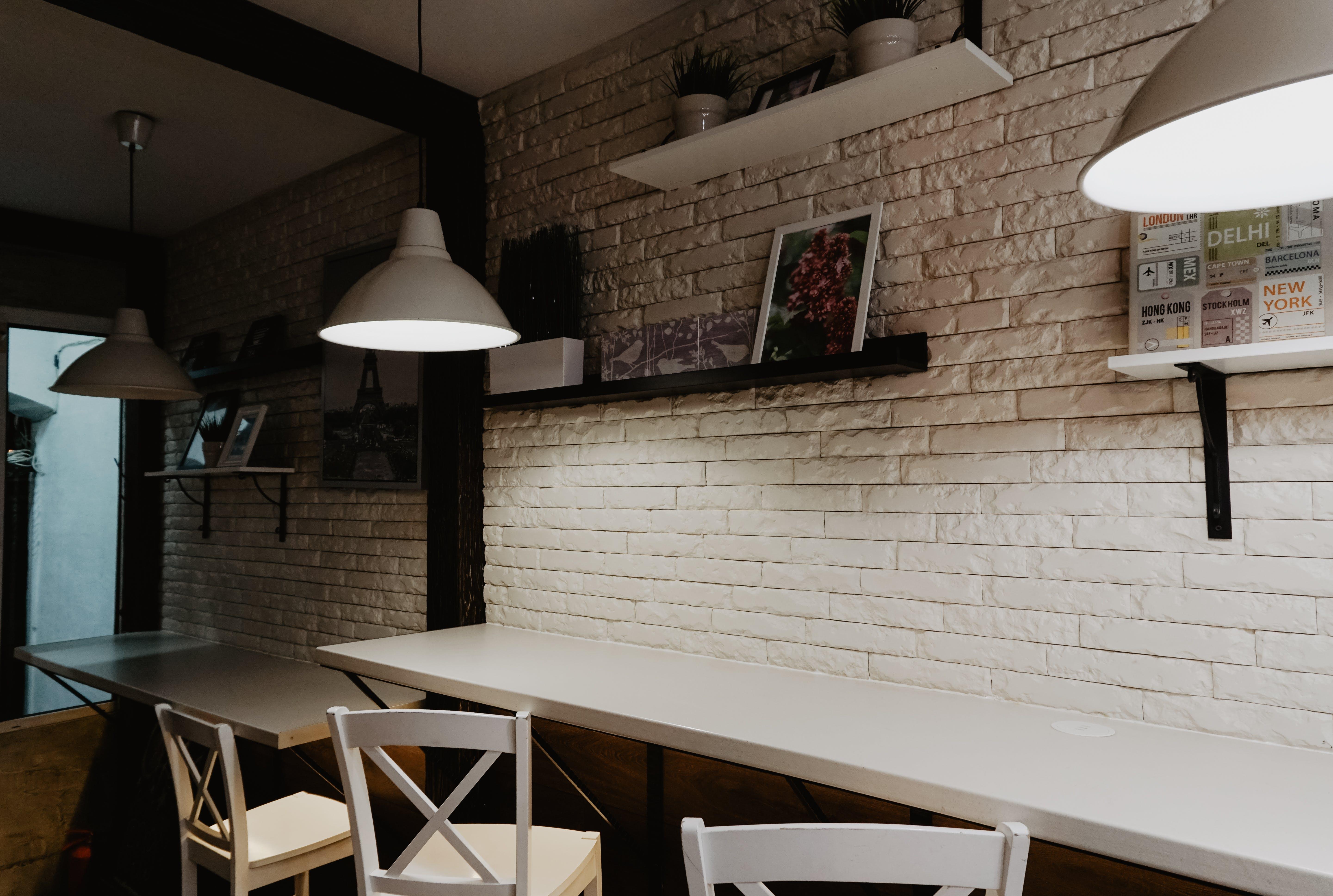 Foto profissional grátis de cadeiras, dentro de casa, design de interiores, estantes