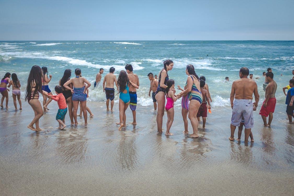 piesočnatá pláž, plavec oblek, plavecké kufre