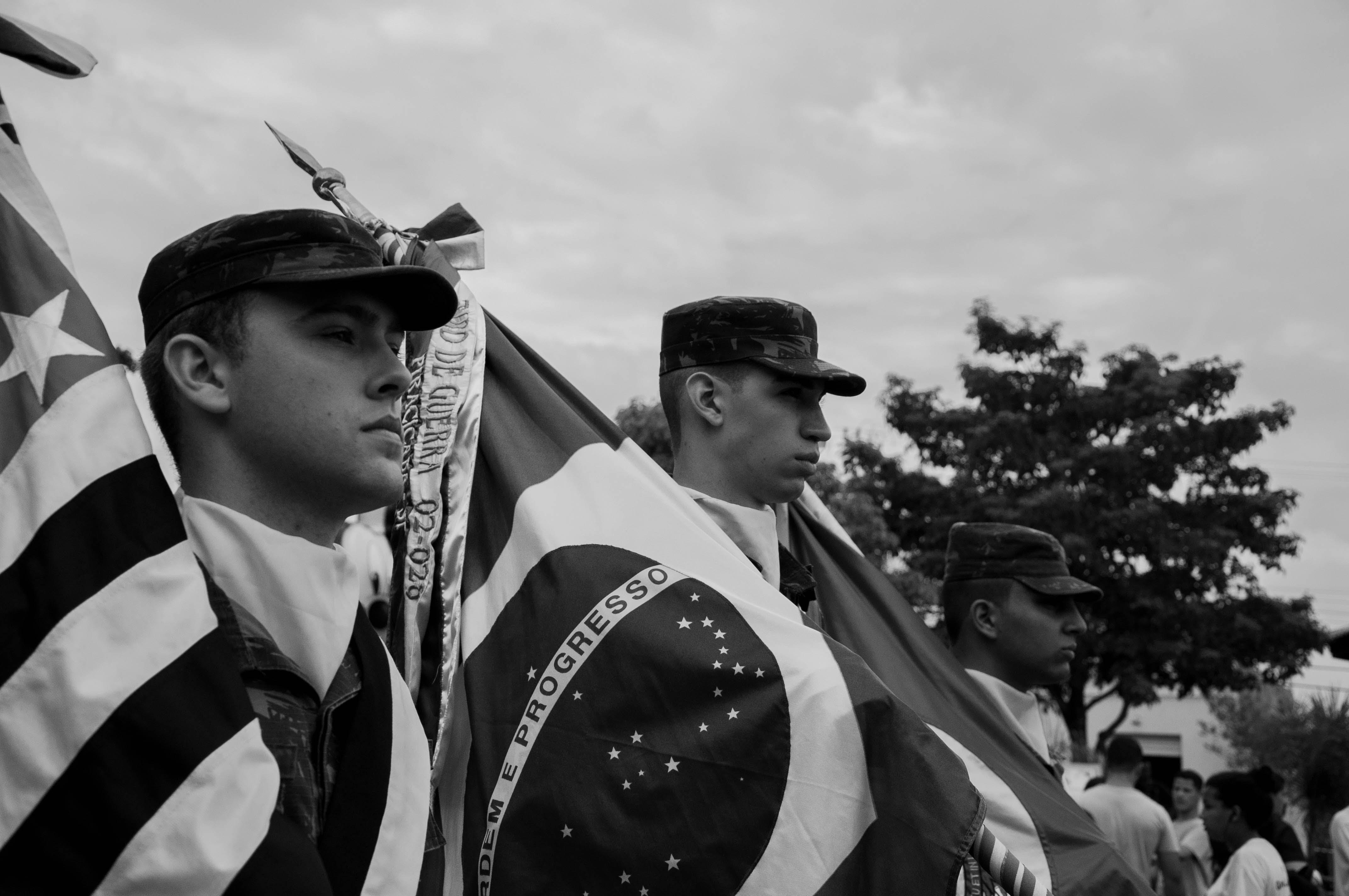 Fotos de stock gratuitas de agruparse, banderas, de marcha, fotografía monocromática