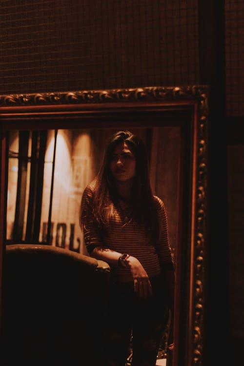 Gratis stockfoto met bank, binnen, donker, fotomodel