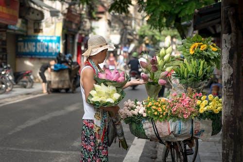 Kostnadsfri bild av blombuketter, blommor, blomsterarrangemang, gata