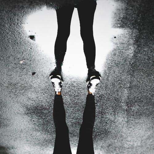 Foto profissional grátis de balança, calçados, chão, de cabeça para baixo