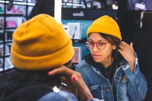 Gratis lagerfoto af ansigtsudtryk, briller, kasket, kvinde