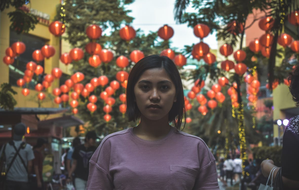 азиат, азиатка, бумажный фонарь