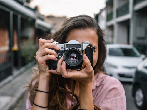 Бесплатное стоковое фото с женщина, зеркальный фотоаппарат, камера, линза