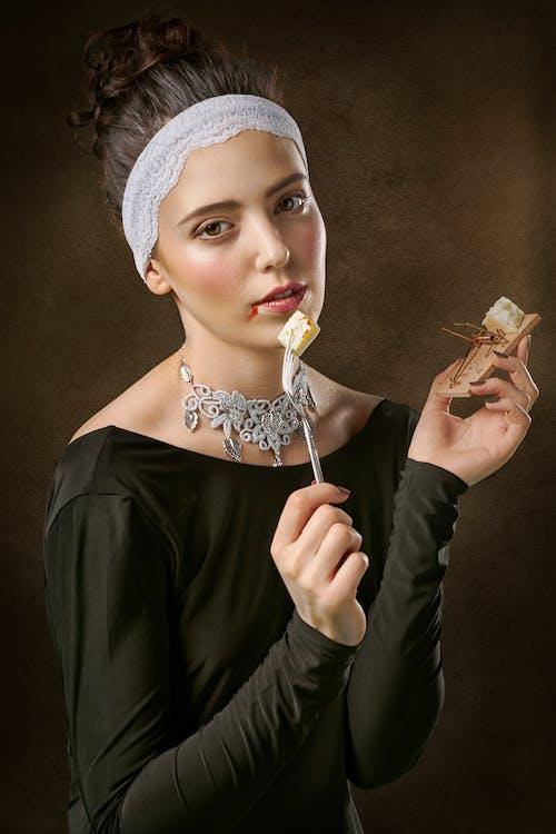 Foto De Una Mujer Sosteniendo Tenedor Y Ratonera