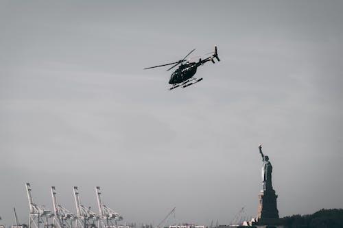 Darmowe zdjęcie z galerii z atrakcja turystyczna, helikopter, latać, latanie