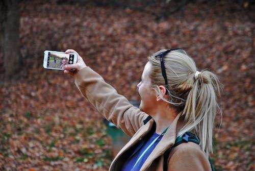 Ingyenes stockfotó blondie, lány, ragyogás, selfie témában