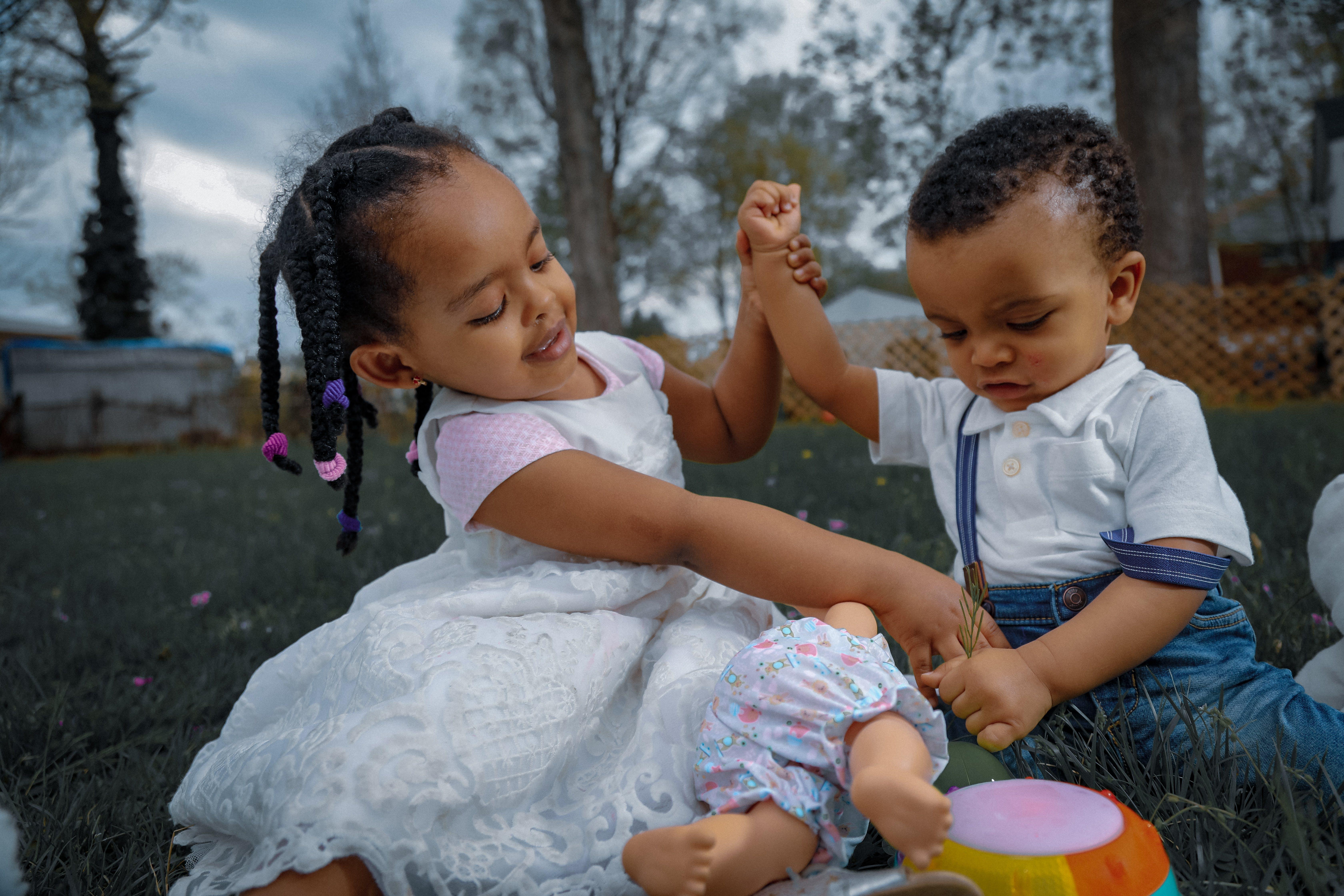 Δωρεάν στοκ φωτογραφιών με αδέλφια, αξιολάτρευτος, απόλαυση, γλυκούλι
