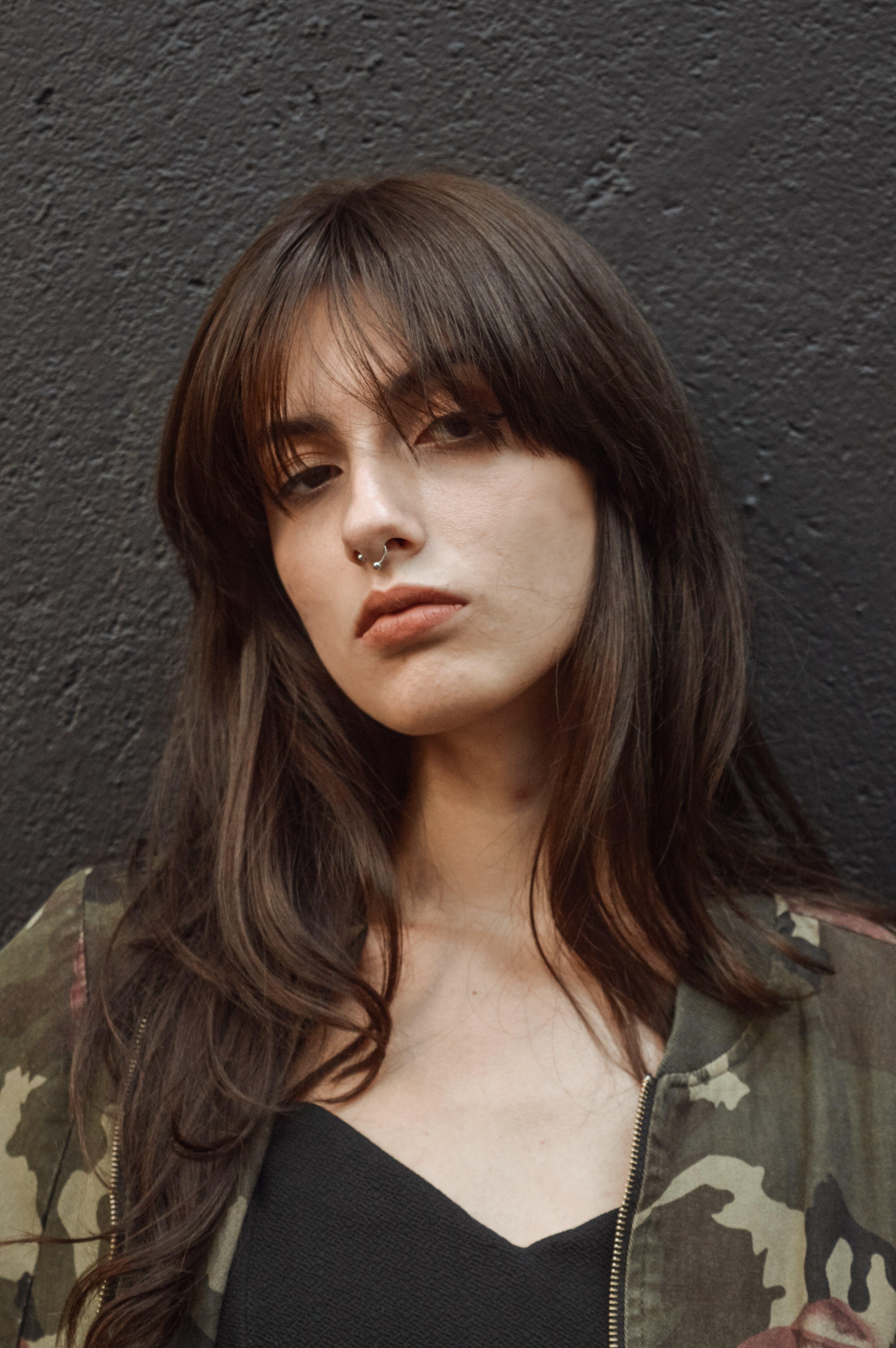 Kostnadsfri bild av ansikte, attraktiv, brunett, ha på sig