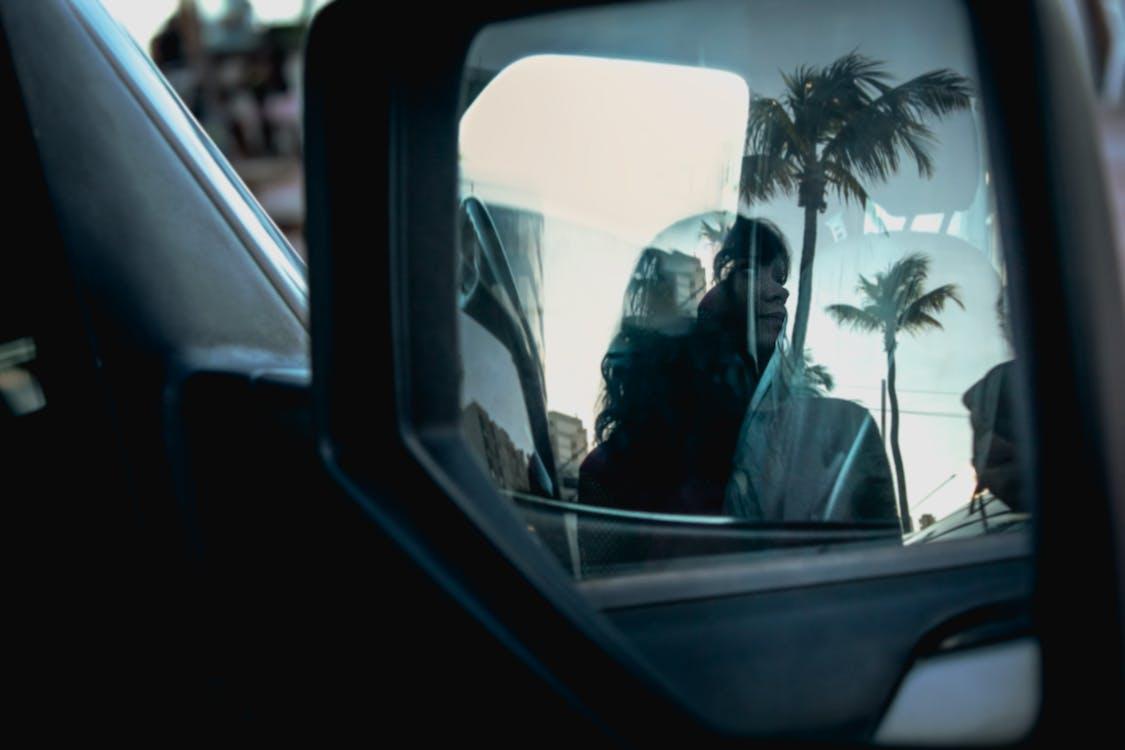auto, bočné zrkadlo, človek